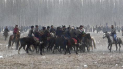 Hotanlı Uygurlar haftalık oynanan''oğlak tatış'' yarışmasında, 2015 (fotoğraf: Darren Byler)