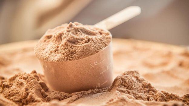 Sporcuların kullandığı toz protein ile yapılan içecekleri tüketen pek çok insan var.