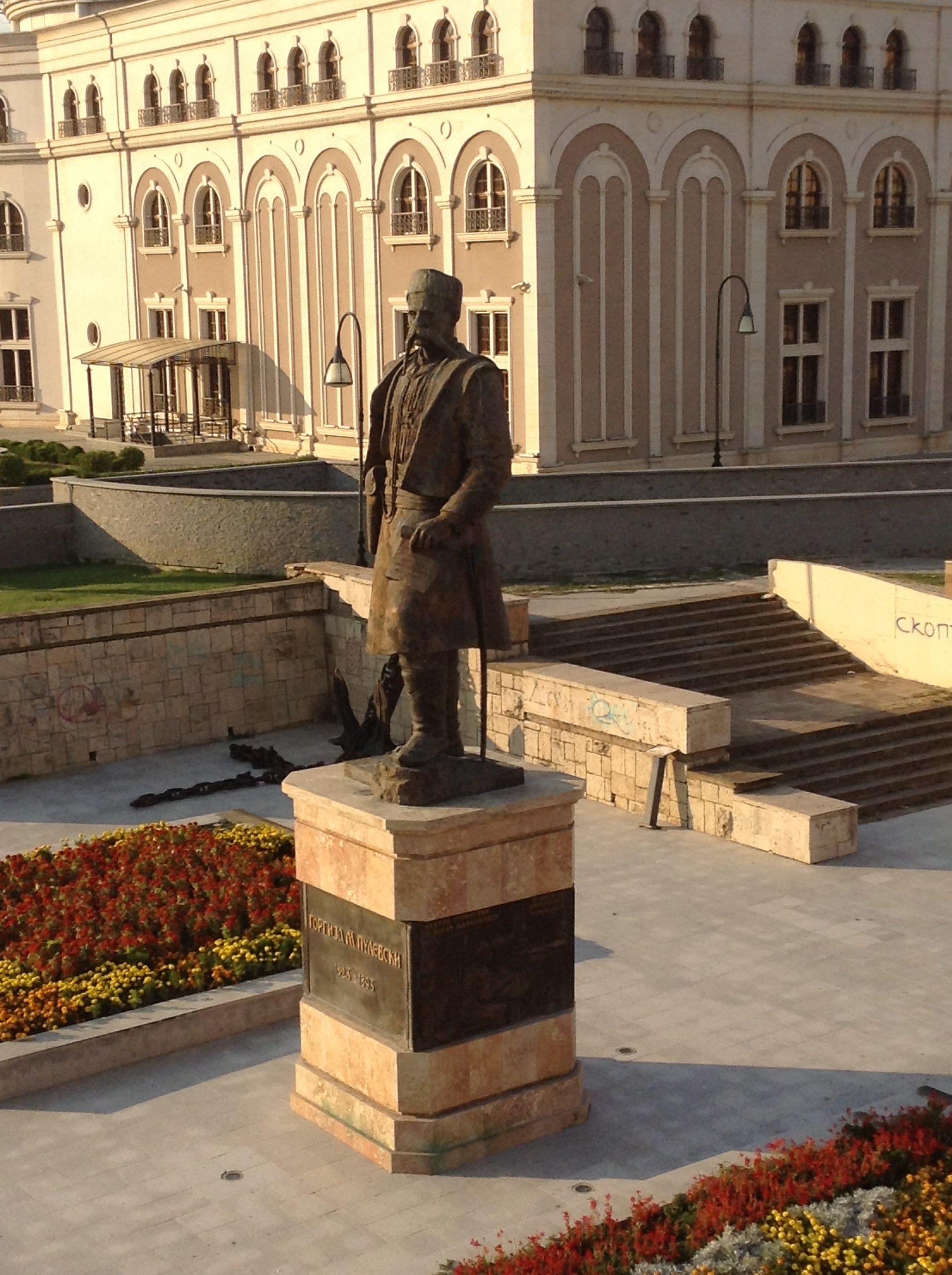üsküpte makedonya meydanı ve bir komitacı